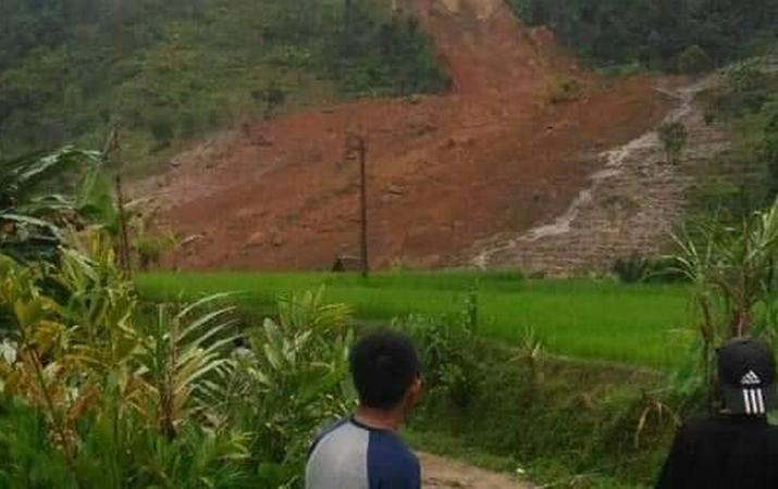 https: img.okeinfo.net content 2018 12 31 525 1998401 longsor-timbun-puluhan-rumah-di-kampung-cimapag-sukabumi-4-orang-tewas-NL4jWwQk3m.jpg