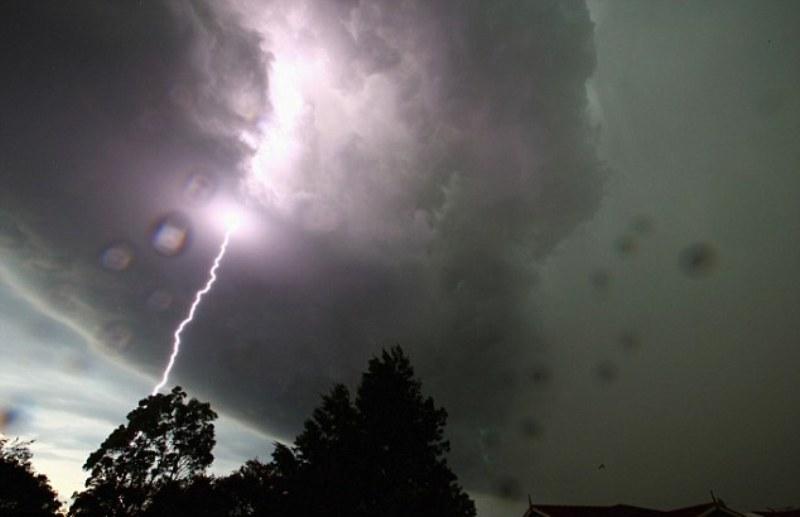 https: img.okeinfo.net content 2019 01 01 525 1998524 bmkg-waspada-hujan-petir-landa-14-wilayah-di-jawa-barat-oxh4BpYeV3.jpg