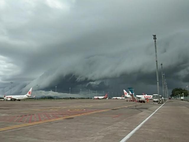 https: img.okeinfo.net content 2019 01 02 609 1998859 heboh-awan-berbentuk-mirip-tsunami-muncul-di-langit-bandara-hasanuddin-62U91DHRcI.jpg