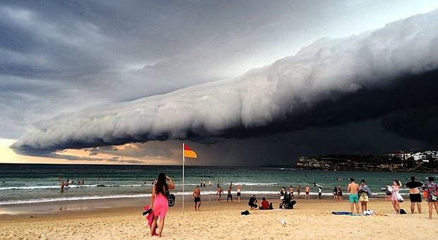 https: img.okeinfo.net content 2019 01 03 406 1999305 awan-bentuk-tsunami-di-makassar-mbah-mijan-sebut-itu-teguran-l6Cav32dgP.jpg