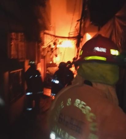https: img.okeinfo.net content 2019 01 05 338 2000239 92-rumah-permukiman-padat-penduduk-di-jelambar-hangus-terbakar-8bxGvX0mPn.jpg