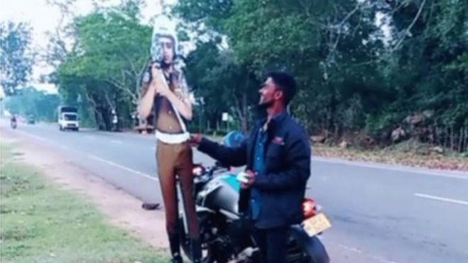 https: img.okeinfo.net content 2019 01 06 18 2000554 dua-orang-ditangkap-karena-menyogok-patung-kardus-polisi-1ghpfUAR4u.jpg