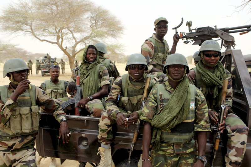 https: img.okeinfo.net content 2019 01 07 18 2001052 dianggap-bocorkan-rahasia-militer-surat-kabar-nigeria-digerebek-tentara-sP8dWDwVVW.jpg