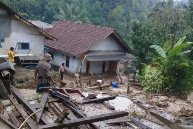 https: img.okeinfo.net content 2019 01 07 525 2000777 banjir-dan-longsor-terjang-kabupaten-kuningan-NBAxH0y9fe.jpg
