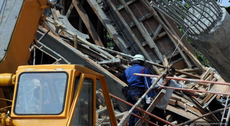 https: img.okeinfo.net content 2019 01 08 338 2001770 rumah-ambruk-di-taman-sari-satu-keluarga-terjebak-di-reruntuhan-JFMqJF7RBg.jpg