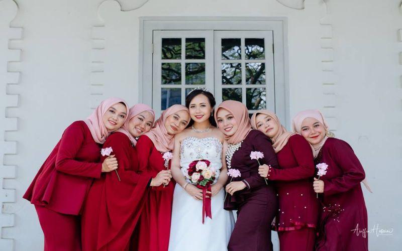 https: img.okeinfo.net content 2019 01 09 196 2001984 viral-pasangan-pengantin-kristen-ini-memilih-bridesmaid-berhijab-pNHiAZFxZk.jpg