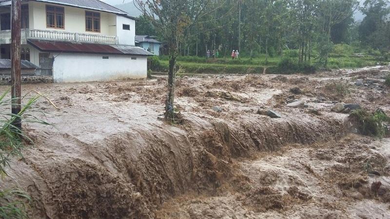 https: img.okeinfo.net content 2019 01 10 244 2002501 ribuan-warga-di-jembrana-bali-krisis-air-bersih-pasca-banjir-bandang-j7IOrrMk41.jpg