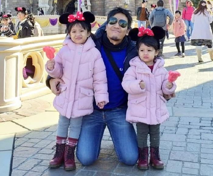 https: img.okeinfo.net content 2019 01 10 406 2002618 serunya-liburan-desta-bersama-dua-putrinya-ke-jepang-tanpa-ditemani-istri-byg7mmg4vn.jpg