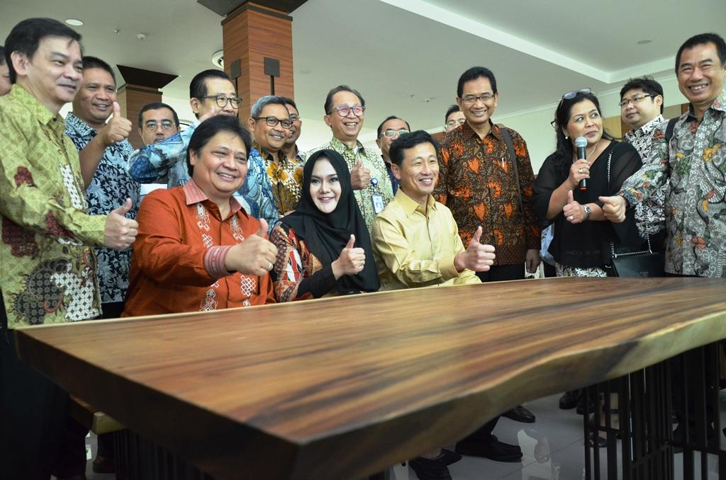 https: img.okeinfo.net content 2019 01 10 65 2002669 indonesia-singapura-resmikan-politeknik-industri-furnitur-dan-pengolahan-kayu-kendal-N9bs1VV9Ui.JPG