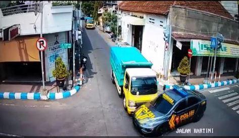 https: img.okeinfo.net content 2019 01 11 15 2003240 mobil-polisi-ditabrak-truk-kenali-risiko-blind-spot-di-jalan-raya-MMZZrfeqAF.JPG