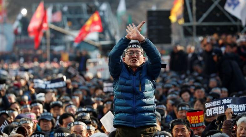 https: img.okeinfo.net content 2019 01 11 18 2002933 protes-taksi-online-di-korsel-dua-sopir-tewas-bakar-diri-qVh4GmSL95.jpg