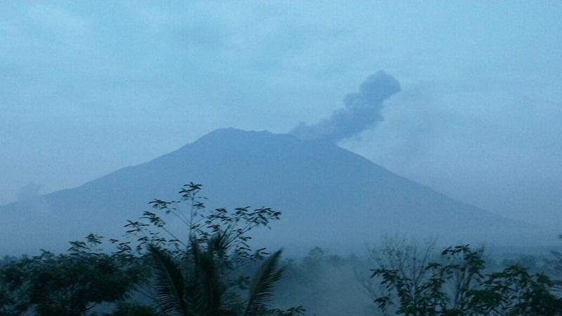 https: img.okeinfo.net content 2019 01 11 244 2002999 paparan-abu-vulkanik-gunung-agung-hingga-buleleng-MDkT1T5vO8.jpg