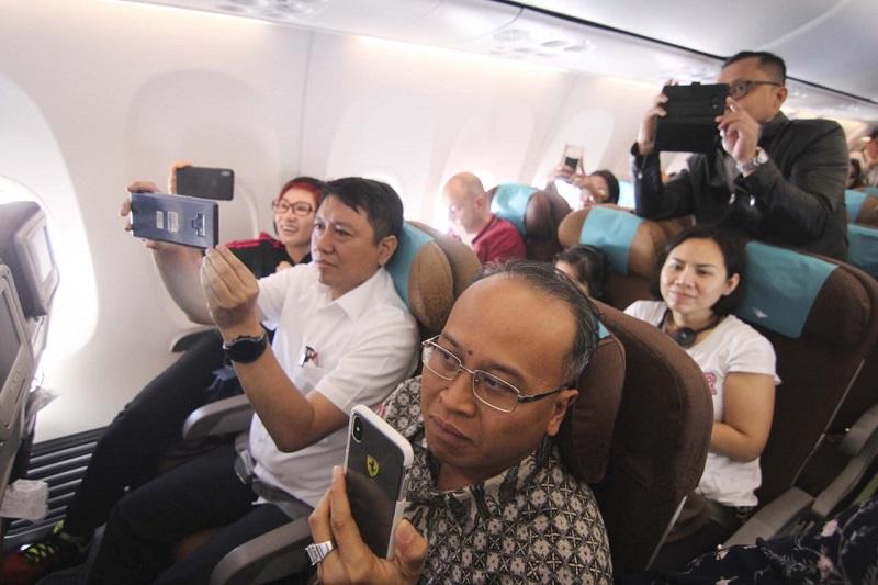 https: img.okeinfo.net content 2019 01 11 406 2003271 hadirkan-live-musik-di-pesawat-netizen-kritisi-garuda-indonesia-Cm5WiFw8r7.jpg
