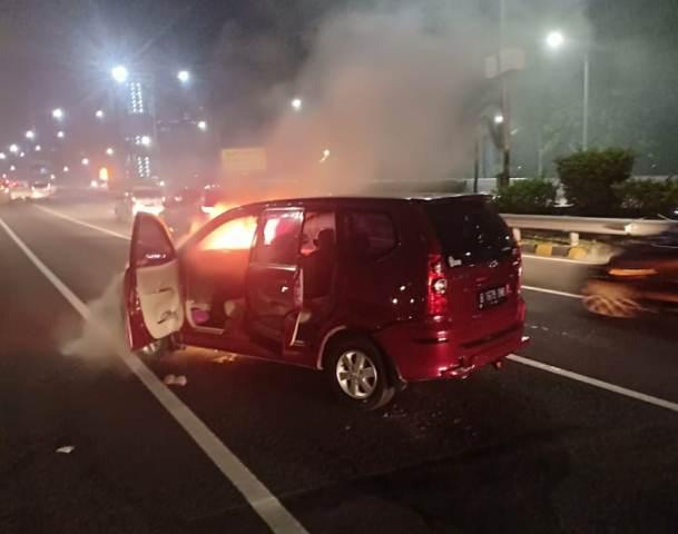 https: img.okeinfo.net content 2019 01 12 338 2003638 mobil-avanza-terbakar-di-tol-depan-balai-kartini-j7SeoHHIe9.jpg