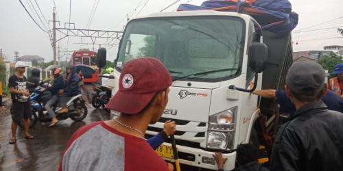 https: img.okeinfo.net content 2019 01 13 338 2003861 evakuasi-truk-anjlok-di-perlintasan-citayam-selesai-krl-kembali-melintas-uellJ836fG.jpg