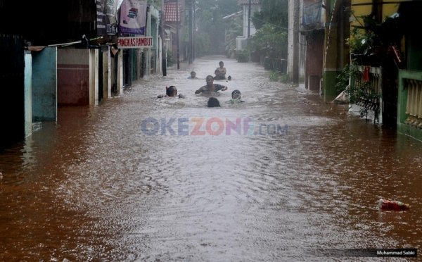 https: img.okeinfo.net content 2019 01 14 525 2004068 diguyur-hujan-deras-permukiman-di-baleendah-bandung-banjir-setinggi-1-meter-kjtq9iHT5G.jpg