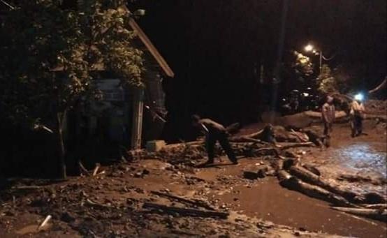 https: img.okeinfo.net content 2019 01 19 519 2006564 begini-dampak-kerusakan-akibat-banjir-bandang-di-mojokerto-Apr7ceoLX4.jpg
