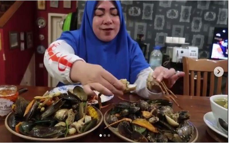 https: img.okeinfo.net content 2019 01 22 298 2007942 melly-goeslaw-mukbang-seafood-kiloan-netizen-auto-nelen-ludah-5QoFuF9hIH.jpg