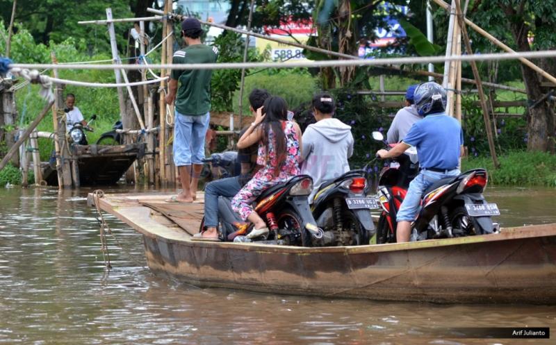 https: img.okeinfo.net content 2019 01 22 340 2007799 perahu-terbalik-dan-hanyut-di-sungai-ciujung-serang-karena-dihantam-sampah-s67xv8Sd6M.jpg