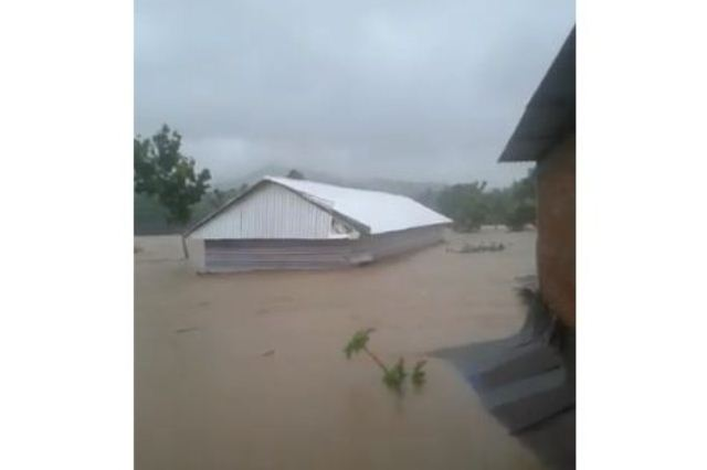 https: img.okeinfo.net content 2019 01 23 609 2008342 kandang-berisi-2-000-ayam-terseret-banjir-sulsel-viral-ZYslhQ3IhC.jpg