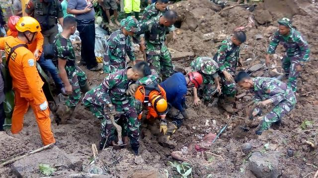 https: img.okeinfo.net content 2019 01 23 609 2008522 3-korban-longsor-di-gowa-ditemukan-tewas-berpelukan-zYrRZy1v9S.jpg