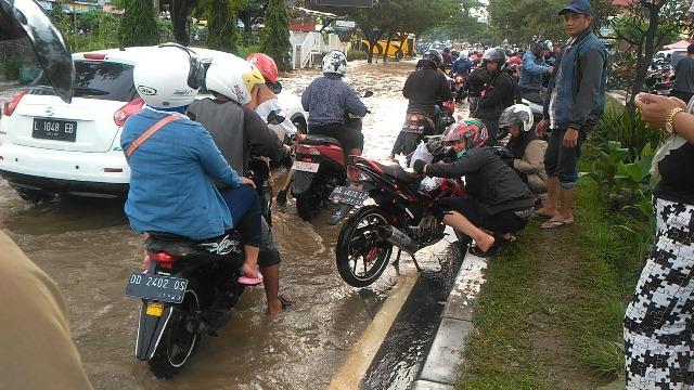 https: img.okeinfo.net content 2019 01 23 609 2008540 terobos-banjir-ratusan-motor-mogok-di-makassar-ONeMRevsKu.jpg