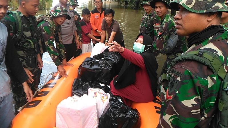 https: img.okeinfo.net content 2019 01 24 609 2008922 banjir-setinggi-dada-orang-dewasa-bantuan-di-makassar-dibawa-naik-perahu-karet-dMCa6HDdFk.jpg