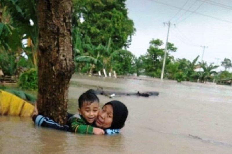 https: img.okeinfo.net content 2019 01 25 340 2009363 tolong-cucu-saat-banjir-di-gowa-nenek-nur-janna-akhirnya-meninggal-dunia-sqWuthNBMq.jpg