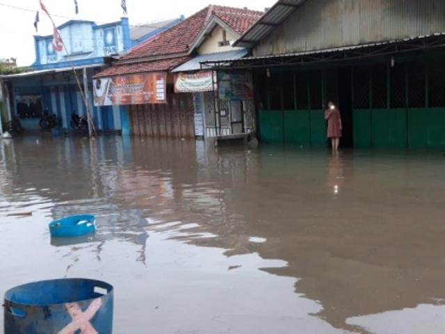 https: img.okeinfo.net content 2019 01 27 512 2009945 215-warga-pekalongan-mengungsi-imbas-2-sungai-meluap-2b3BtwiOMy.jpg