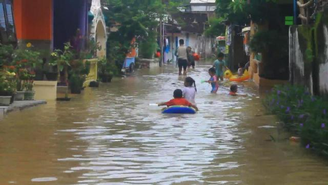 https: img.okeinfo.net content 2019 01 27 512 2010098 diterjang-banjir-4-000-warga-batang-dan-pekalongan-mengungsi-HkOYjVOz5U.jpg
