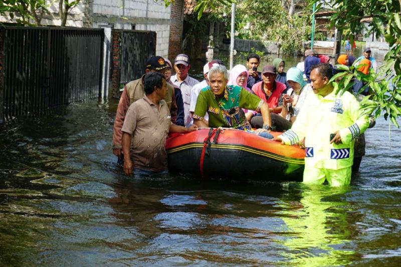 https: img.okeinfo.net content 2019 01 28 512 2010538 ganjar-minta-banjir-parah-di-jateng-tidak-digoreng-jadi-isu-pilpres-UGjvMNn9D2.jpg