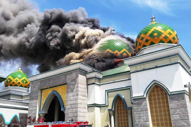 https: img.okeinfo.net content 2019 01 29 609 2010901 masjid-agung-belopa-sulsel-terbakar-asap-hitam-membumbung-ke-langit-Xs1AgDftcS.jpg