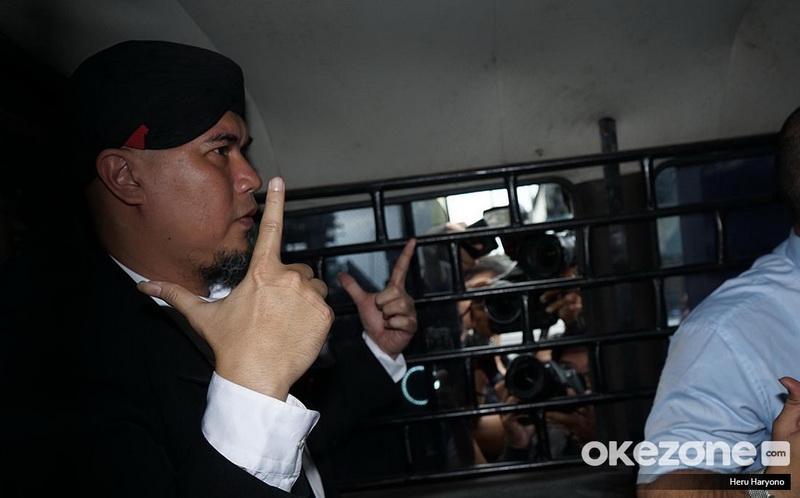https: img.okeinfo.net content 2019 01 30 33 2011485 ahmad-dhani-dipenjara-rossa-semoga-bisa-perbaiki-kesalahan-f7GFBVJYtj.jpg