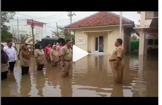 https: img.okeinfo.net content 2019 01 30 512 2011281 dikepung-banjir-petugas-kecamatan-pekalaongan-tetap-gelar-upacara-ytHcs4LnBx.jpg