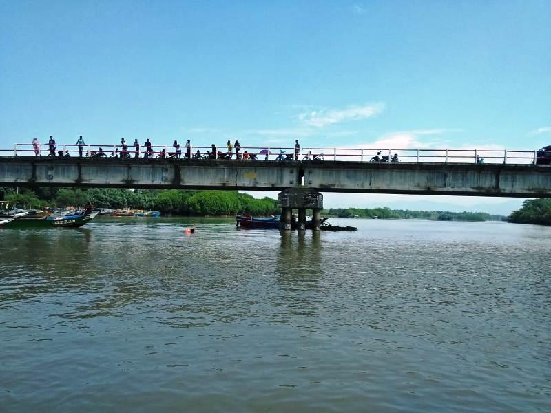 https: img.okeinfo.net content 2019 01 30 512 2011467 pria-ini-tiduran-di-atas-jembatan-lalu-jatuh-dan-terbawa-arus-sungai-pokbnMntMg.jpeg