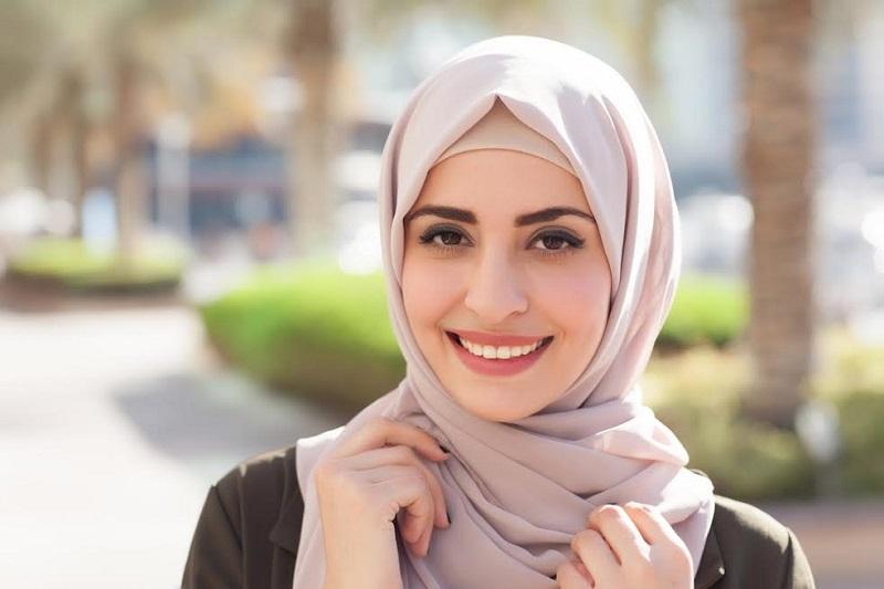 Pemenang Runner Up 1 ajang World Muslimah 2012, Dwi Handayani memang sudah dikenal banyak sebagai hijab influencer Indonesia.