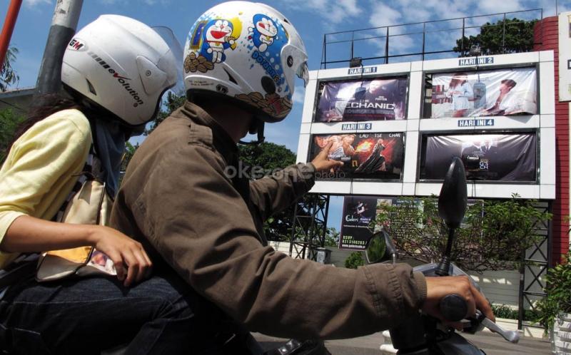 https: img.okeinfo.net content 2019 02 01 206 2012548 surat-edaran-dicabut-ide-menyanyikan-lagu-indonesia-raya-di-bioskop-dikaji-ulang-AG9YqpJNlu.jpg