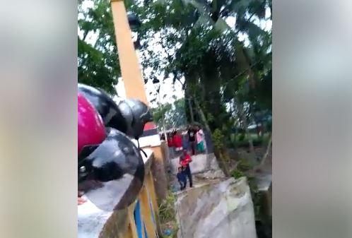 https: img.okeinfo.net content 2019 02 01 608 2012193 viral-pria-hendak-loncat-dari-jembatan-sambil-bawa-bayi-GNAbezsn9o.JPG