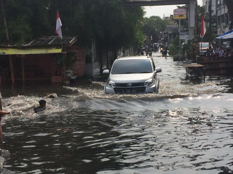 https: img.okeinfo.net content 2019 02 03 338 2013130 dihantui-banjir-pemprov-dki-pelototi-lokasi-proyek-mrt-lrt-dan-tol-becakayu-fShnqmmlsq.jpg