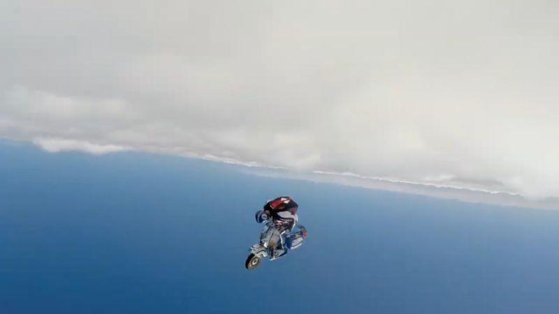 https: img.okeinfo.net content 2019 02 04 15 2013672 bukan-motor-terbang-pria-ini-berkendara-gunakan-vespa-diatas-awan-9tgUNlKWLC.jpg