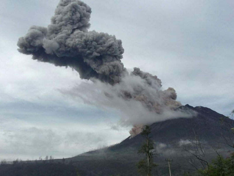 https: img.okeinfo.net content 2019 02 04 608 2013455 berstatus-awas-gunung-sinabung-gempa-5-kali-hingga-asap-setinggi-200-m-iLbotniwum.jpg