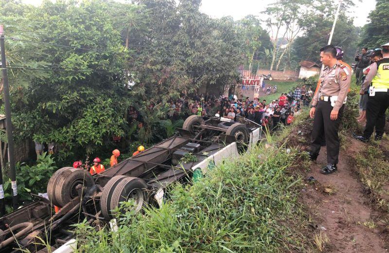 https: img.okeinfo.net content 2019 02 06 337 2014219 kecelakaan-bus-kramat-djati-di-cicalengka-tewaskan-2-orang-sopirnya-langsung-kabur-HKAJYreoHI.jpg