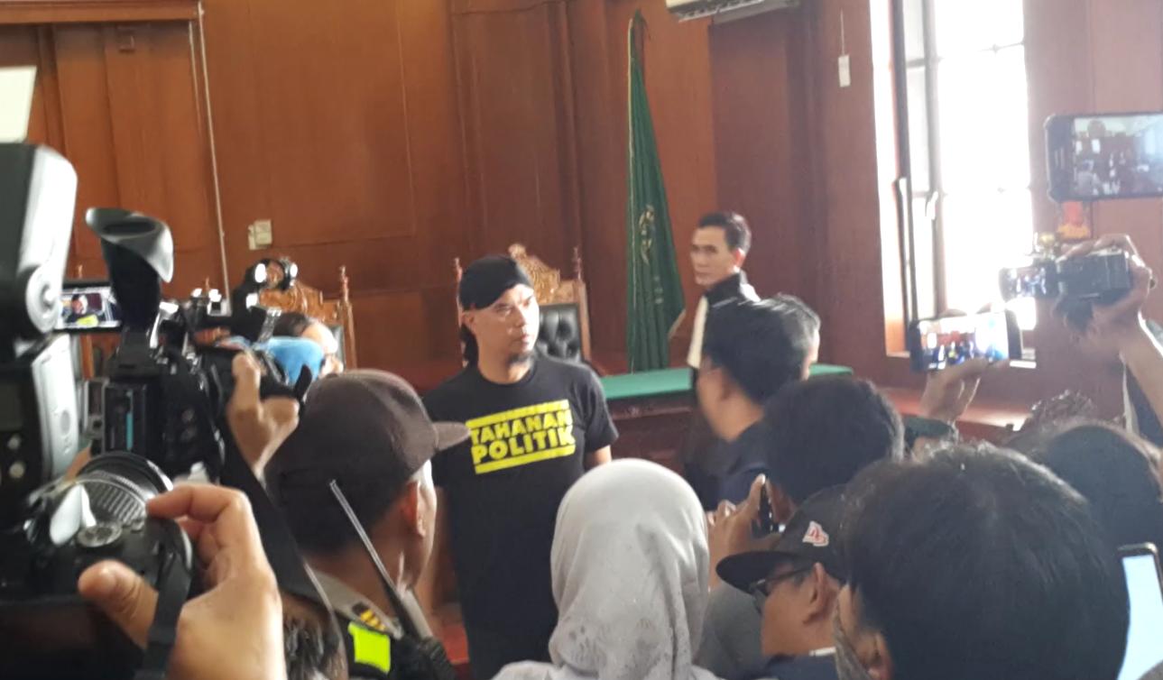 https: img.okeinfo.net content 2019 02 07 519 2014910 ahmad-dhani-dipindah-ke-rutan-medaeng-pengacara-mau-menyiksa-orang-D5agm5WXun.png