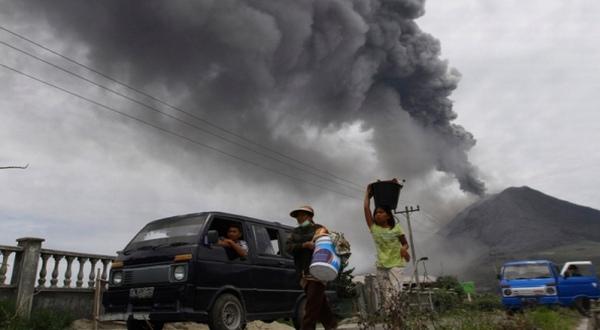 https: img.okeinfo.net content 2019 02 08 244 2015318 gunung-agung-erupsi-lagi-zona-bahaya-ditetapkan-4-kilometer-dari-puncak-C4FO8nppgc.jpg