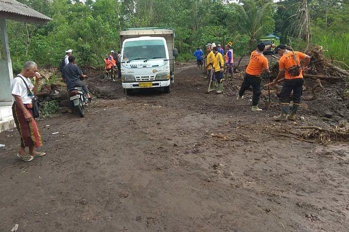 https: img.okeinfo.net content 2019 02 09 340 2015716 setiap-diguyur-hujan-jalan-utama-desa-ini-selalu-kebanjiran-es5D5u4tCY.jpeg