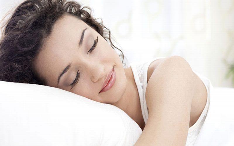 https: img.okeinfo.net content 2019 02 10 481 2016108 4-posisi-tidur-terbaik-gaya-janin-paling-oke-bDEjjA1r0r.jpg