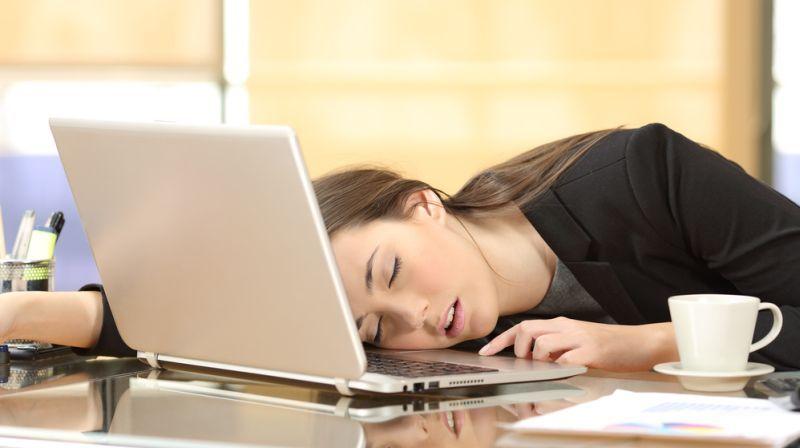 Jika dibandingkan dengan minum kopi, tidur siang sebentar menjadi cara melek yang lebih membawa manfaat.