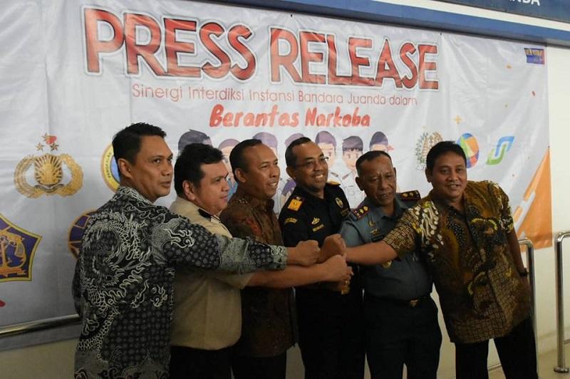 https: img.okeinfo.net content 2019 02 12 1 2016684 sinerga-bea-cukai-dan-instansi-lain-berhasil-amankan-indonesia-dari-barang-ilegal-tMgj1WKB4B.jpg