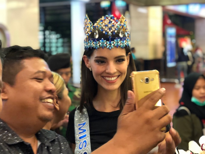 https: img.okeinfo.net content 2019 02 12 194 2016694 tiba-di-indonesia-miss-world-2018-vanessa-ponce-ditodong-selfie-JGHw7KglYg.jpeg