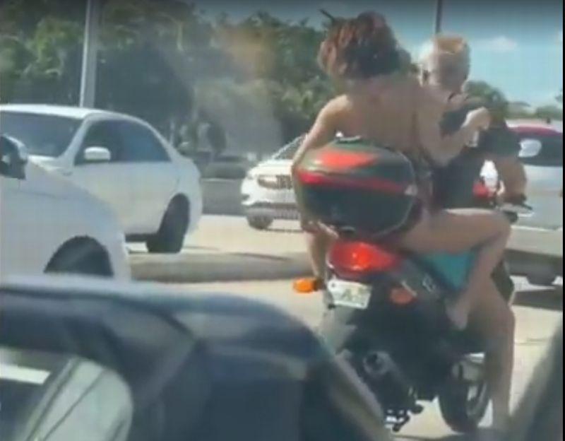 https: img.okeinfo.net content 2019 02 13 15 2017451 boncengan-motor-gunakan-bikini-wanita-ini-bikin-pengendara-lain-berisiko-kecelakaan-GCxxGNhCyA.jpg